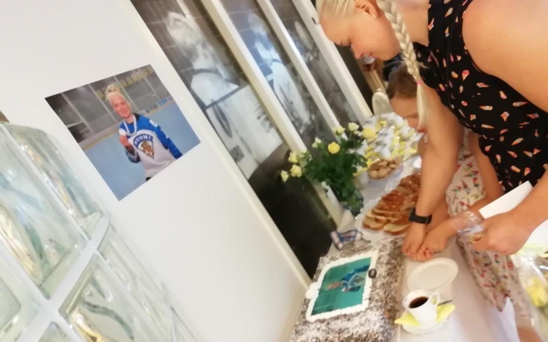 Lindan mitalikahvit keräsi väkeä toimistolle