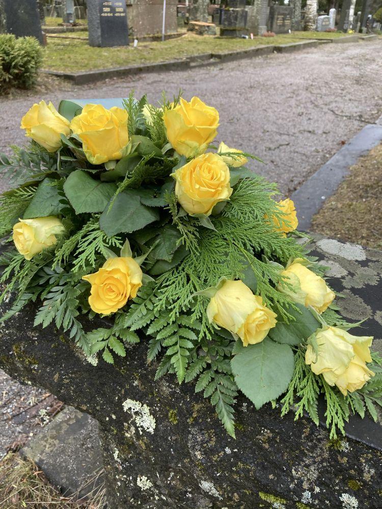 keltavihrea kukka asetelma